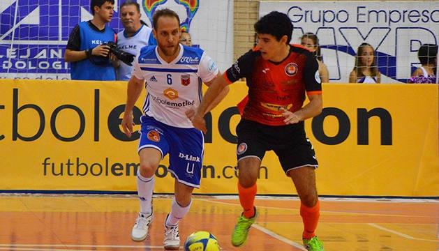 Cary, de Fútbol Emotion Zaragoza , disputa el balón al jugador del Aspil Jumpers Nil Closas.