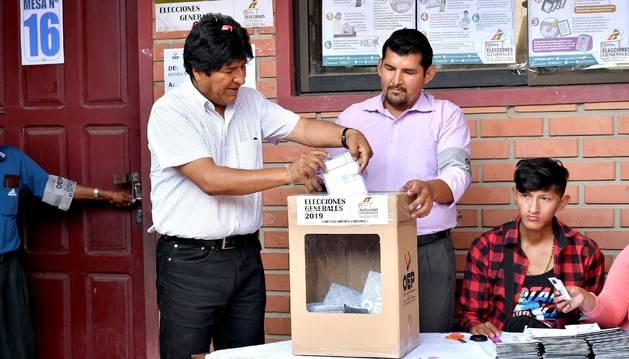 El presidente de Bolivia, Evo Morales, deposita su voto en Villa 14 de Septiembre (Bolivia).