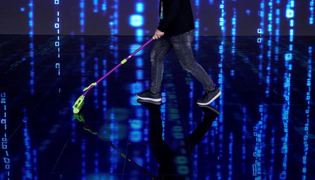Un hombre limpia el suelo junto a una pantalla en la Conferencia Mundial de Internet en la localidad china de Wuzhen.