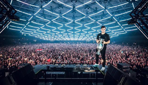 El DJ y productor musical Martin Garrix sujeta una Copa de Europa durante el anuncio en Ámsterdam.