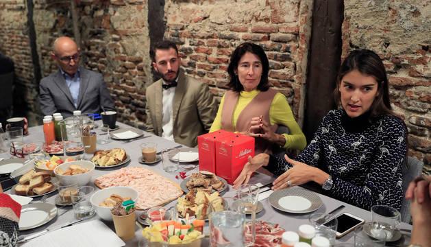 En la imagen, el presidente de la Asociación de Cradores de Moda (ACME), Modesto Lomba; Luis Torres, de Bowley, y Valentina Suárez y Margarita Ruyra, fundadoras de Es Fascinante (i a d); durante el desayuno