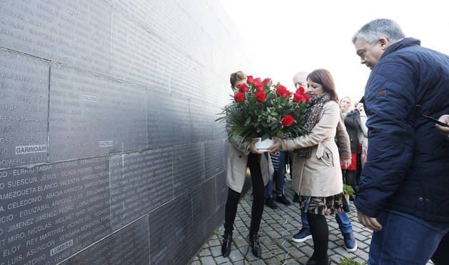 Adriana Lastra y María Chivite colocan un ramo de flores durante el acto en el Parque de la Memoria de Sartaguda.