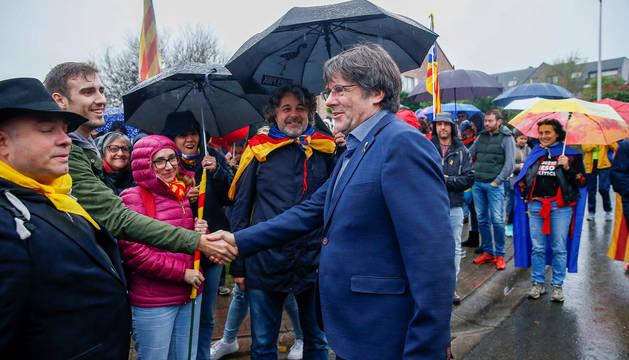 Puigdemont saluda a sus seguidores frente a su casa de Waterloo.