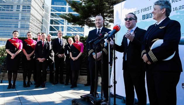 El director ejecutivo de Qantas Group, Alan Joyce (centro) se dirige a los medios tras aterrizar en Sídney en el vuelo de prueba.