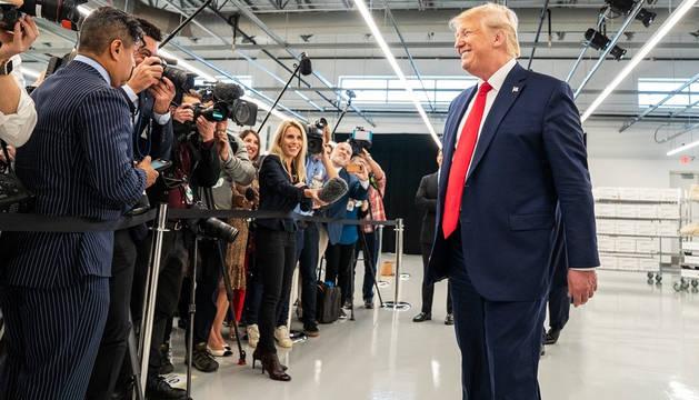 Donald Trump atiende a los medios de comunicación durante la inauguración de una planta de Louis Vuitton en Texas.