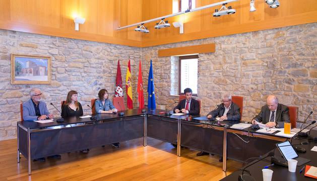 Ediles de Cendea Aurrera, uno de Navarra Suma y el secretario en el pleno de constitución, celebrado en junio pasado.