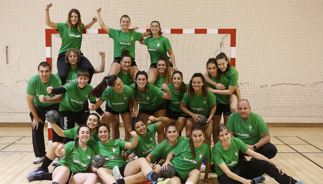 Foto de las jugadoras y cuerpo técnico del Helvetia femenino, ayer por la tarde en el Poliderpotivo de Azpilagaña.