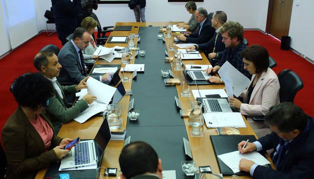 La Mesa y Junta de Portavoces del Parlamento, reunida el lunes en la Cámara.