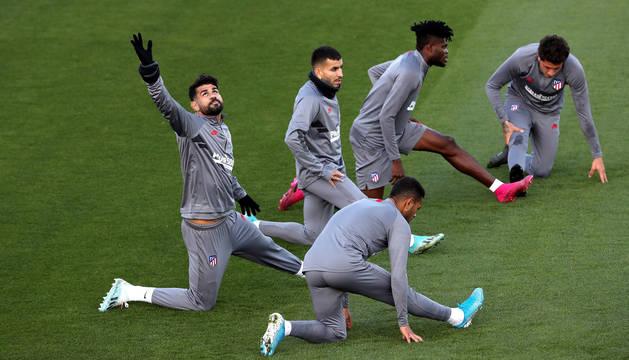 foto de Los jugadores del Atlético de Madrid, Renan Lodi, Diego Costa, Ángel Correa, Thomas Partey y José María Giménez, participan en una sesión de entrenamiento en la Ciudad Deportiva Wanda
