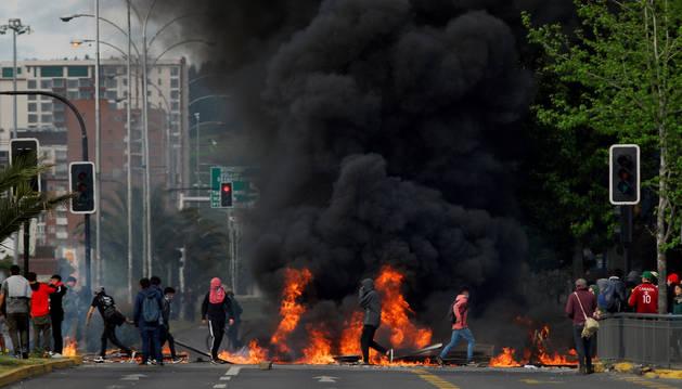 Barricada en una calle de Concepción, Chile.
