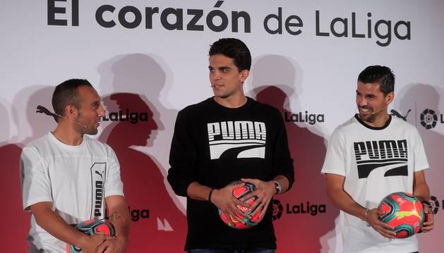 Santi Cazorla, Marc Bartra y Nolito, este lunes en la presentación del balón.