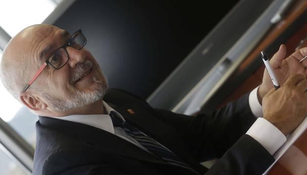 """Juan Cruz Cigudosa sonríe durante un momento de la entrevista en su despacho en Tracasa. Allí ha desembarcado con un equipo de """"marcianos"""" para poner en marcha la nueva cartera."""