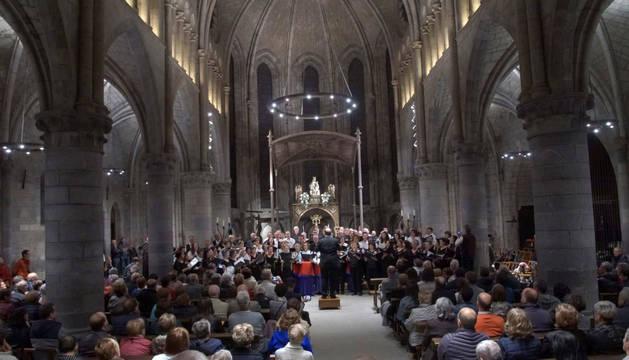 Después de interpretar piezas por separado, las cuatro corales del Pirineo sumaron sus voces en la parte final del concierto.