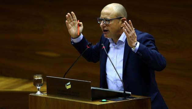 Carlos Gimeno, desde el atril, en una intervención en el Parlamento de Navarra.
