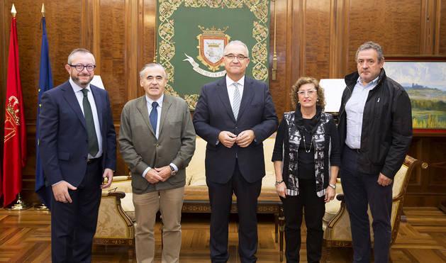 Los asistentes a la reunión en el Ayuntamiento de Pamplona