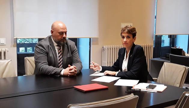 José Luis Arasti y María Chivite , durante al reunión en la delegación del Gobierno en Navarra