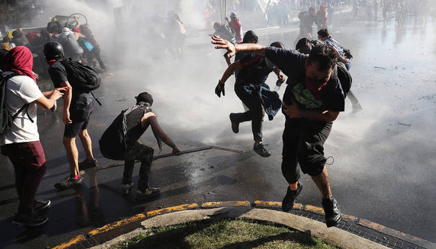 La Policía utiliza el cañón de agua contra los manifestantes en Santiago de Chile.