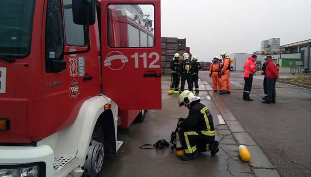Un bombero recoge el material tras la intervención en la empresa AN de Tudela.