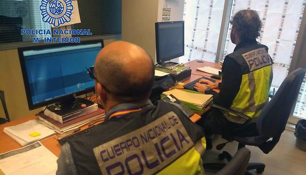 Dos agentes de la Policía Nacional.
