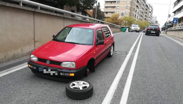 Foto del vehículo que perdió una rueda en la calle Erletokieta.
