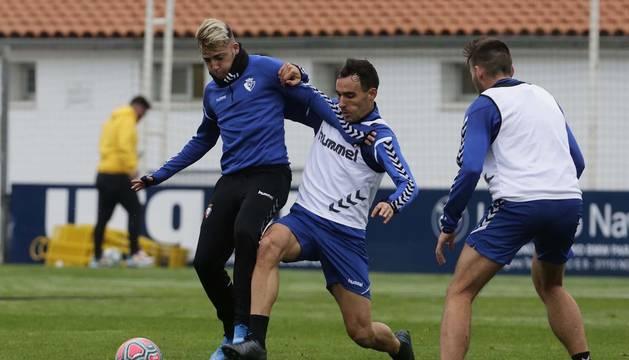 Unai García presiona a Brandon ante la mirada de Jon Moncayola en el entrenamiento de ayer en Tajonar.