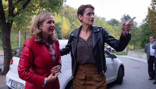 foto de La ministra en funciones de Economía y Empresa, Nadia Calviño, junto a la presidenta María Chivite