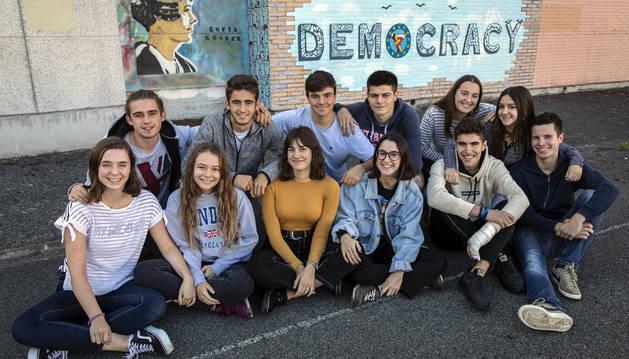 Alumnos del IES Barañain en uno de los espacios exteriores de este centro educativo.