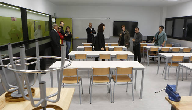 Foto de la comisión de Educación del Parlamento de Navarra en el IES de Sarriguren.