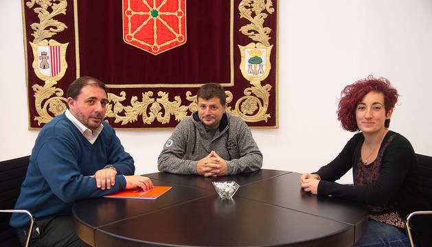 Foto de Unai Hualde, junto a Josune Azpiroz y Iosu Méndez, impulsores de la asociación Biak Bat Elkartea.