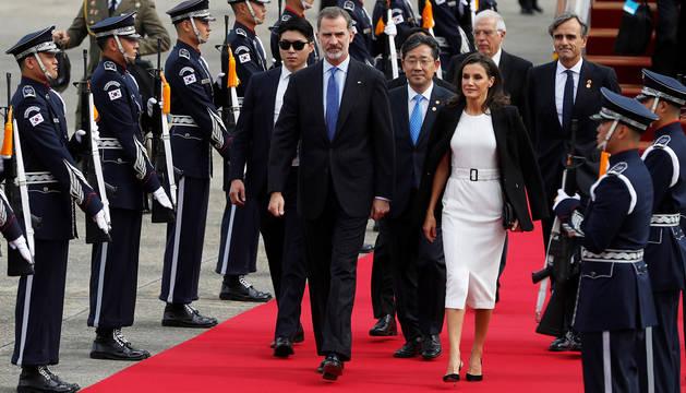 Don Felipe y doña Letizia, tras aterrizar en Seúl.