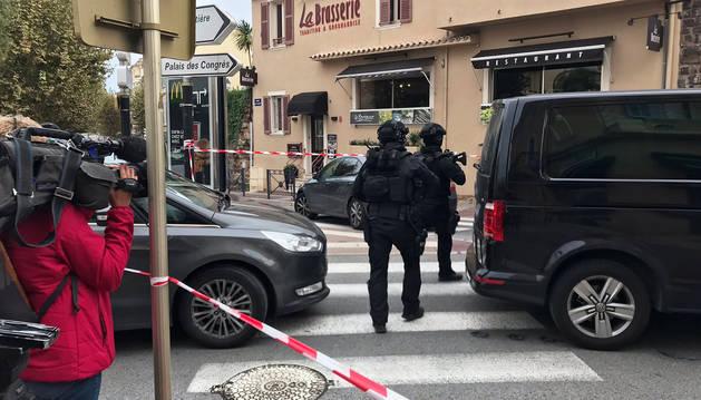 Policía franceses caminan por las proximidades del Museo Arqueológico de Saint-Raphaël.