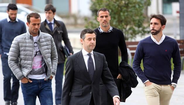Los jugadores del Betis, Amaya, Figueras y Molina, acuden al Palacio de Justicia de Navarra para declarar por el caso Osasuna en enero de 2015.
