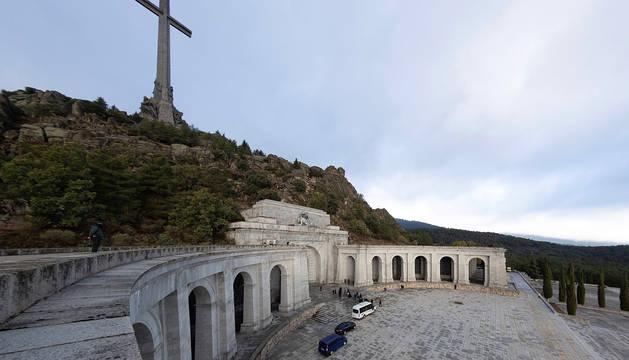 Los familiares de la familia Franco acompañados del prior de la basílica del Valle de los Caídos, Santiago Cantera, acceden al templo.