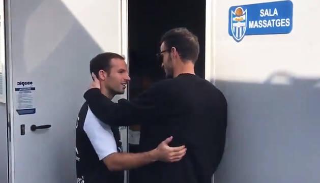 Manu Herrera (dcha.) conversa con un compañero tras recibir el alta.