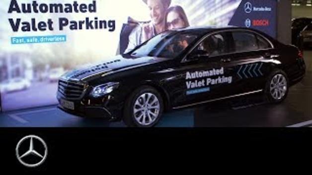 Así aparca solo un coche en el museo Museo Mercedes-Benz