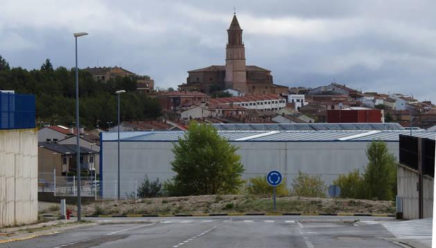 Rotonda en el interior del polígono El Mallatón de Cárcar que el Ayuntamiento pretende rebajar.