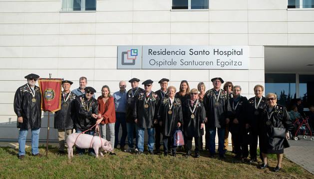 Foto de grupo de la entrega del cuto al Santo Hospital.