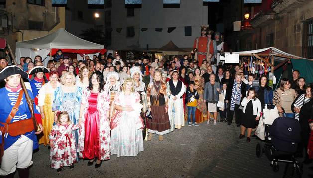 El público junto a los participantes en el desfile que recreó la llegada de Felipe V a Corella.