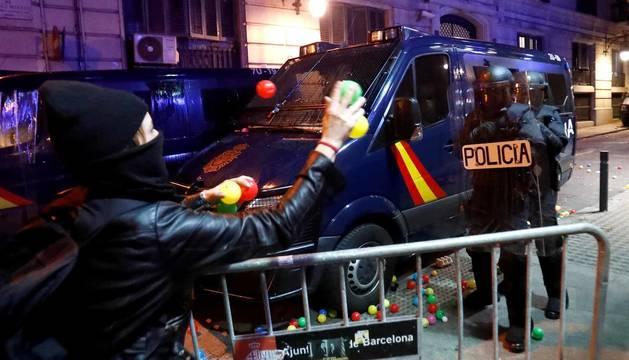 Fotos de la concentración convocada por los CDR en Barcelona frente a la Jefatura de la Policía Nacional en la Vía Laietana
