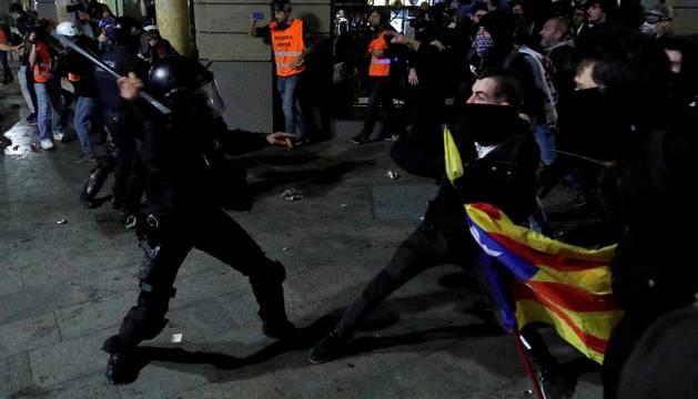 Manifestantes lanzan pelotas y pintan vehículos policiales en Barcelona