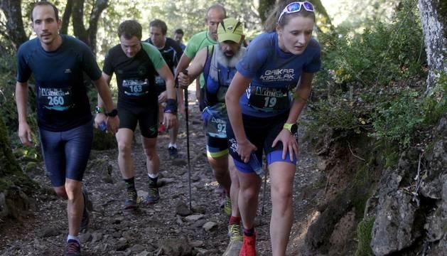 El leonés Manuel Merillas, reciente subcampeón de Europa de Ultra Trail, ha sido el vencedor de la IV Edición de la Juan Miguéliz Leyre Trail, celebrada este sábado en la Sierra de Leyre, donde la guipuzcoana Ainhoa Sanz, actual campeona de España de Trail y ganadora de la última prueba de la Copa del Mundo de la especialidad, se ha hecho con el trofeo femenino.