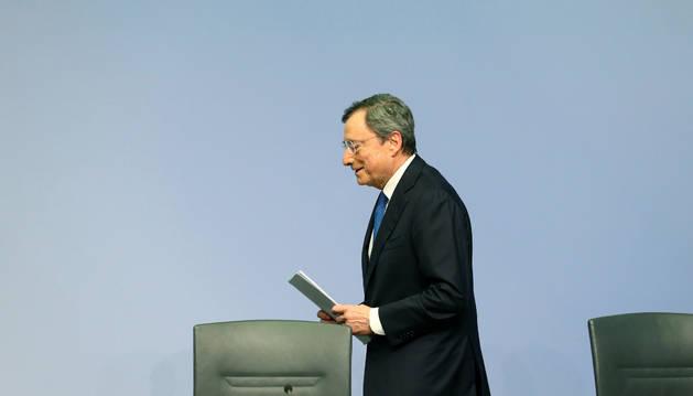 El presidente del BCE, Mario Draghi, abandona su última rueda de prensa en Frankfurt, Alemania.