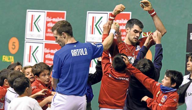 Joseba Ezkudia, asediado por los jóvenes aficionados ayer por la noche en Balmaseda.