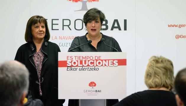 María Solana y Esther Cremaes, de Geroa Bai, en el acto de este sábado.