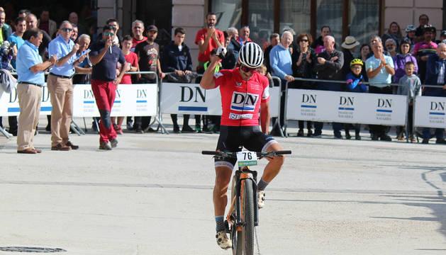 El biker Patxi Cía celebra su triunfo a su paso por la meta de la prueba de Oteiza.