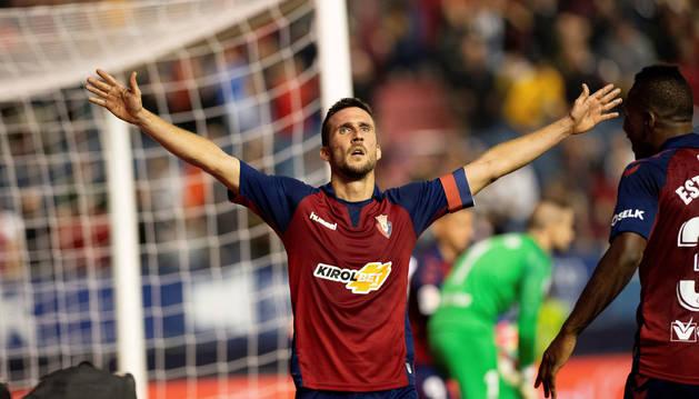 Oier celebra el primer gol de Osasuna.