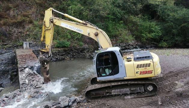 Foto de una excavadora en pleno derribo de la presa del molino de Elgorriaga.