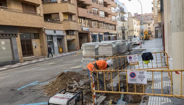 foto de Un operario trabaja en un tramo de la acera al inicio de la calle Pablo Sarasate.