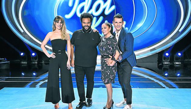 Foto de Edurne, Carlos Jean e Isabel Pantoja con Jesús Vázquez, presentador del programa.