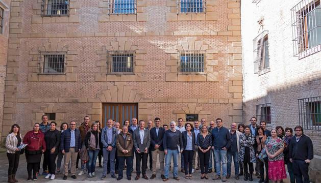 Los asistentes al encuentro posan junto a las autoridades en el exterior de la escuela de música Julián Romano de Estella.